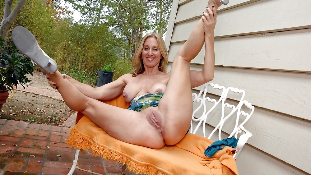 Milfs spread legs sex pics, naked moms photos