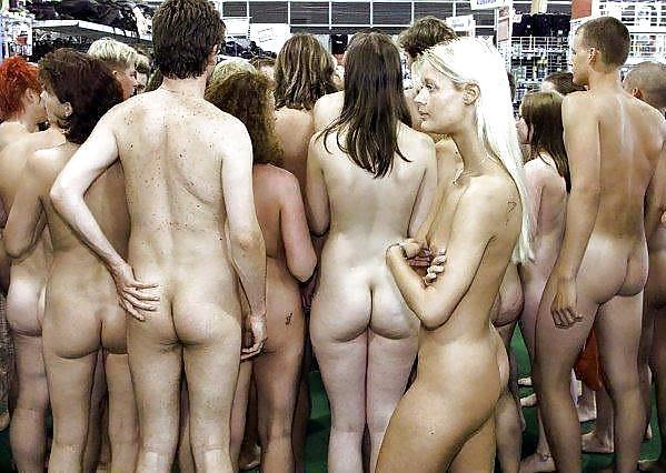 фото обнаженной девушки перед толпой зевак - 10