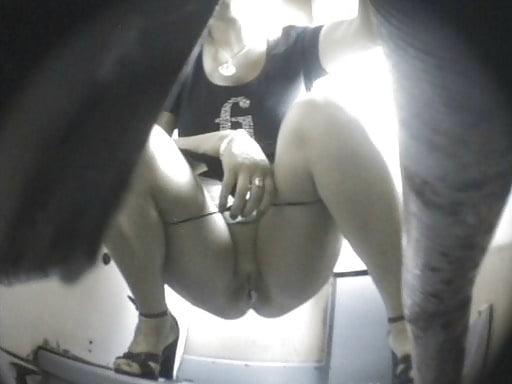 Мастурбация симпатичной брюнетки на полу на веб камеру